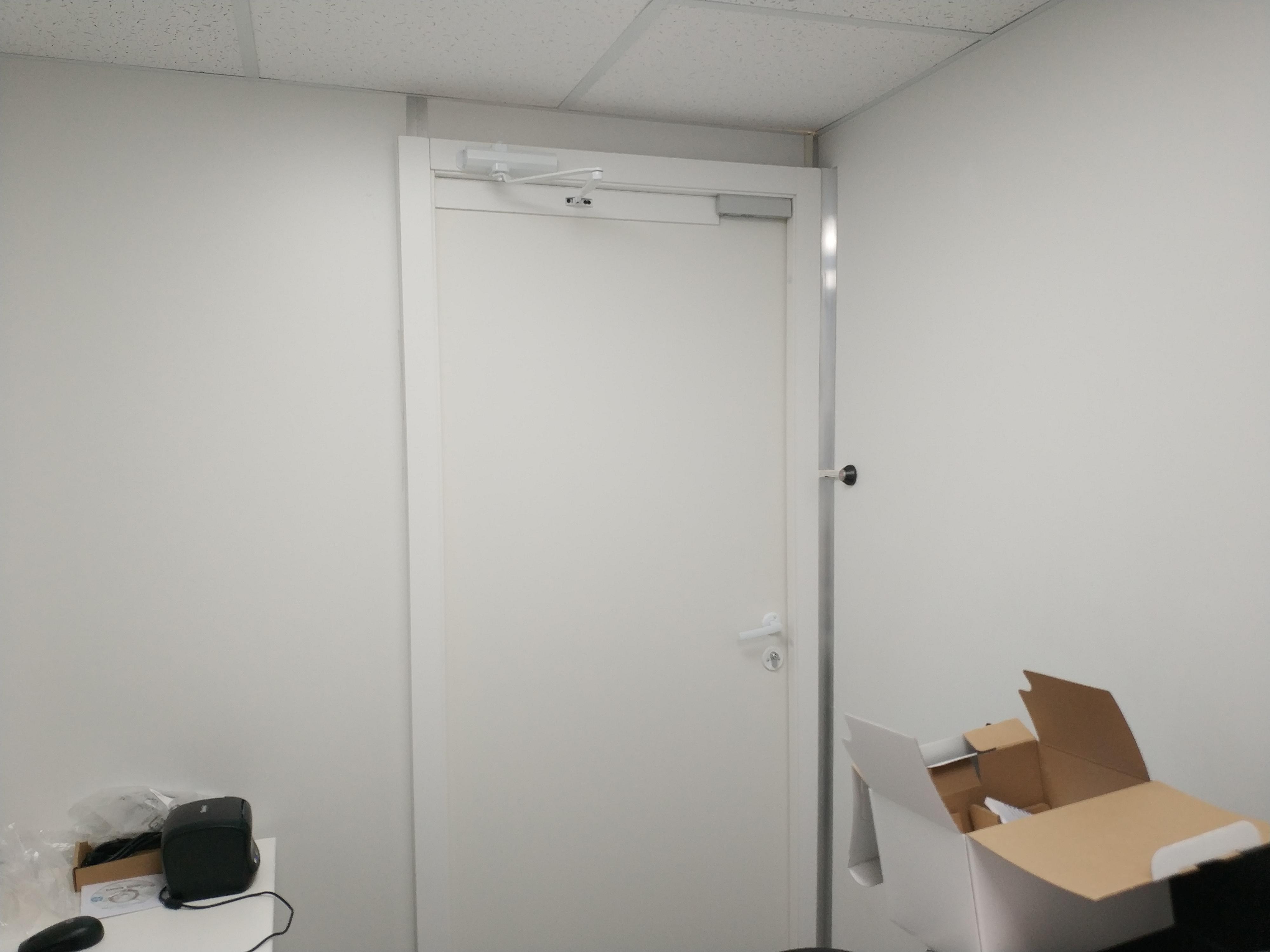 Установка дверей и монтаж перегородок из