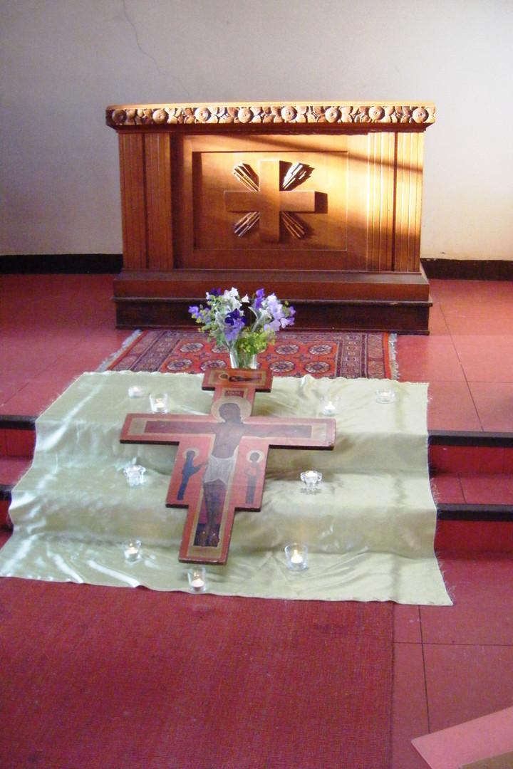 En attendant la prière de Taizé dans la chapelle de la Rencontre