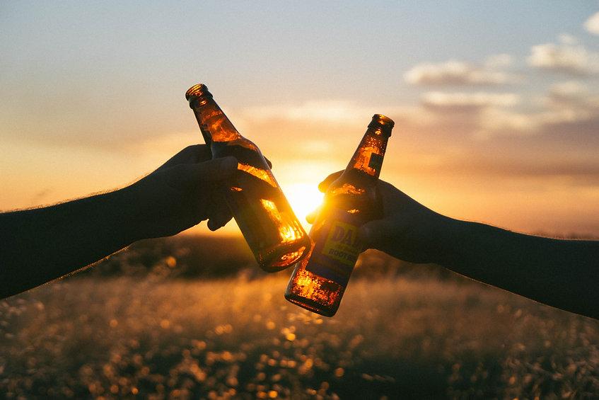 Anstoßen mit Bierflaschen