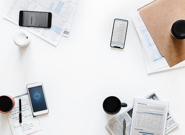 Arbeitsfläche mit Smartphones und Notizen