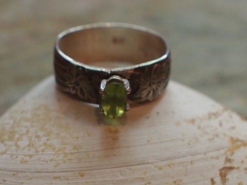 Faceted peridot floral band size 8