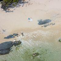 沖縄 恩納村 フォトウエディング ウェディングフォト ビーチフォト 前撮り ドローン撮影
