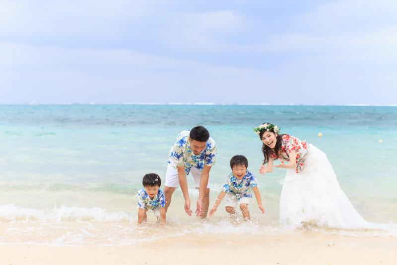 沖縄恩納村 フォトウエディング ビーチフォト 家族でウォーターショット