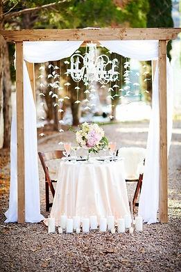 arche-mariage-en-bois-déo-tulle-blanc.j
