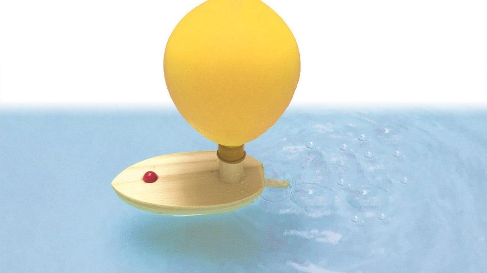 Holzboot mit Ballonantrieb