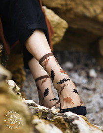 Atelier-St-Eustache-Chaussettes-Transparentes-Femme-Feuilles-Aples-Brunes3_720x.jpeg