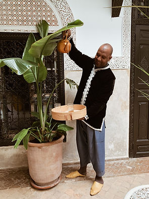 Mohamed sert le thé à la menthe