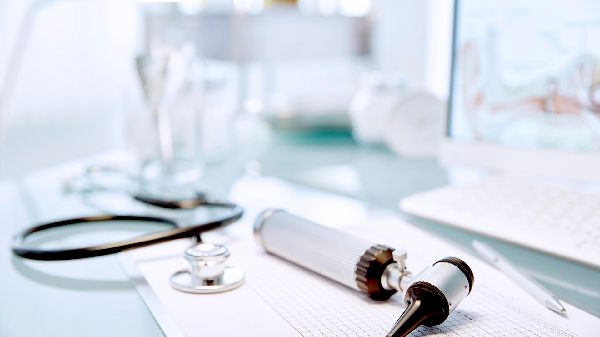 Schreibtisch mit Stethoskop