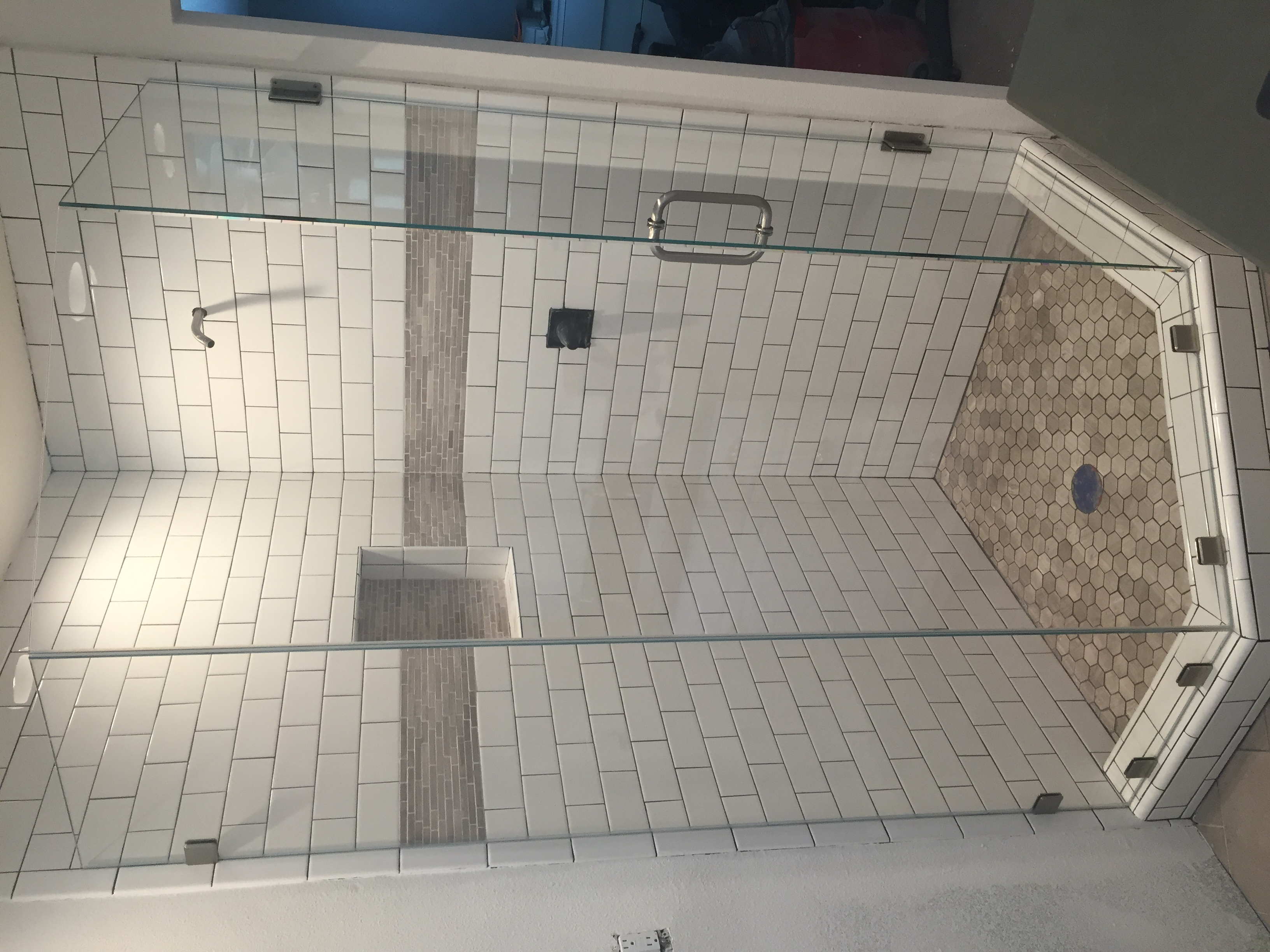 Neo-Angle Frameless Shower