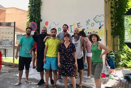 Becarios delante del muro a pintar