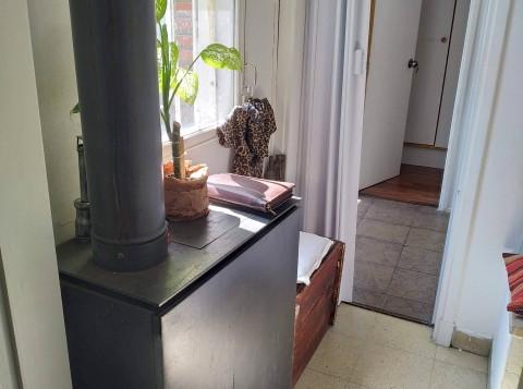 Hall de acceso a la casa con estufa beri