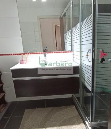Baño completo con mampara y conexión para lavarropas