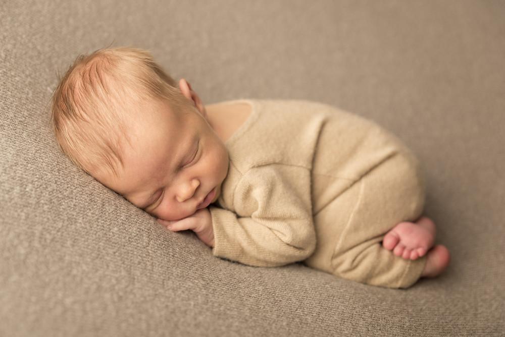 Circa al decimo giorno i bimbi scoprono la gioia di stiracchiarsi e di muoversi, rendendo il nostro lavoro più complicato, ma siamo dotati di tanta amorosa pazienza!  Inoltre dopo le due settimane di vita è molto probabile l'insorgere di acne neonatale e coliche infantili. Nonostante sia possibile correggere eventuali imperfezioni in post produzione, preferiamo minimizzare più possibile il foto ritocco.  La sessione fotografica del neonato DEVE essere svolta entro 14 giorni dalla nascita. Il momento IDEALE sarebbe tra 5 e 10 giorni in quanto è essenziale che il vostro piccolo tesoro sia addormentato per adagiarlo in quelle dolci pose.
