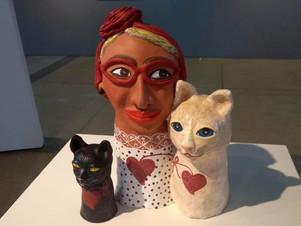 Artista plástica produz série de esculturas inspirada em mulheres e gatos