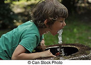 menino-água-potável-de-a-torneira-em-a-p