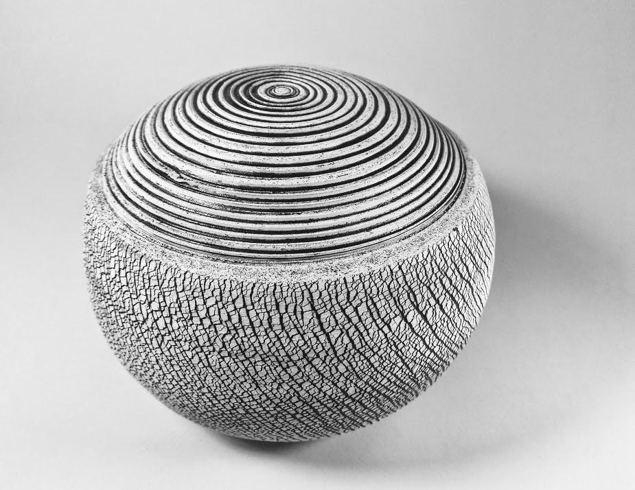 Black and white crackle H 15cm D 12cm