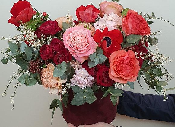Шляпная коробка с анемонами и розами