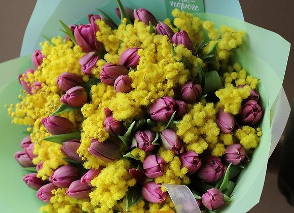 Букет тюльпанов с мимозой (цвет на выбор)