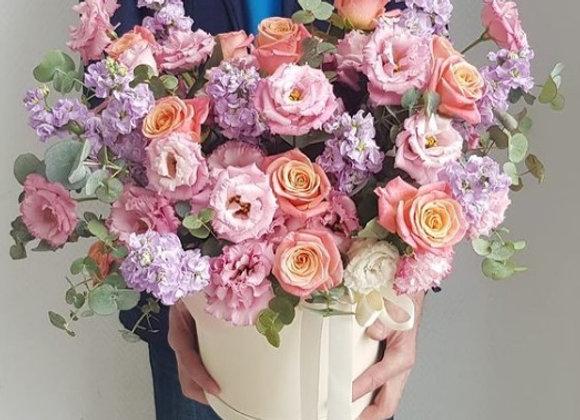 Шляпная коробка с эустомой, розами и маттиолой