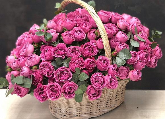 Корзина с кустовыми пионовидными розами Мисти Баблс
