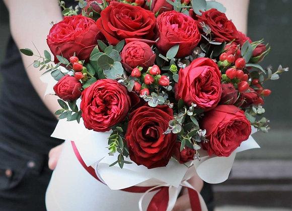 Шляпная коробка с обычными и пионовидными красными розами