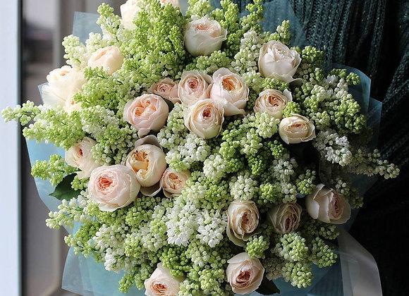 Букет из белой сирени и пионовидных роз