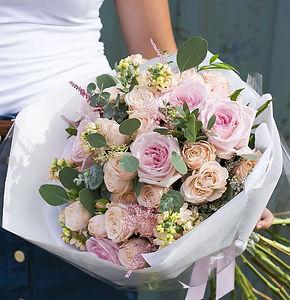 Сборный букет из кустовых роз Бомбастик, пионовидных роз Пинк о'Хара, маттиолы, астильбой и эвкалиптом - купить красивый букет Москва