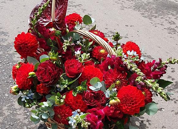 Корзина сборная в красной гамме из сезонных цветов