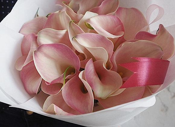 Букет из светло-розовых калл