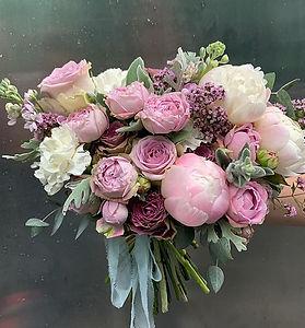 Букет невесты с пионами, розами, маттиолой и листиками сенецио в нежной бело-розовой гамме
