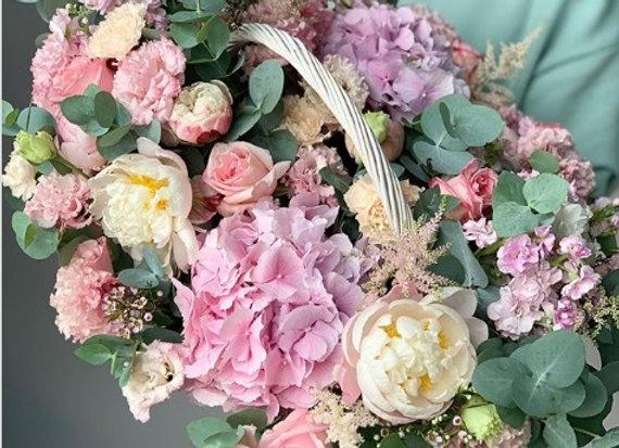 Корзина сборная из сезонных цветов в розовой гамме