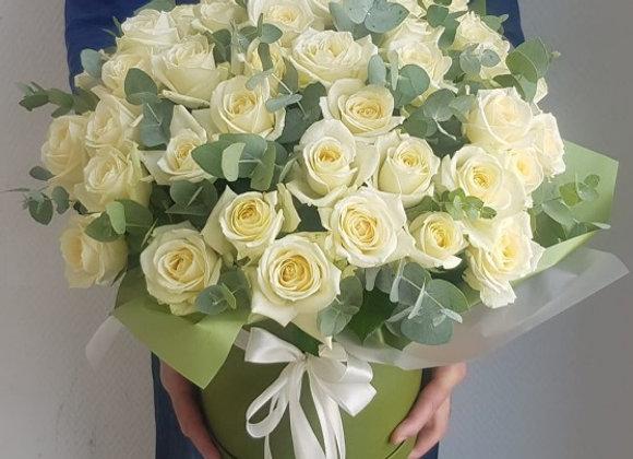 Шляпная коробка с 49 розами и эвкалиптом