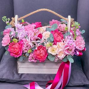Композиция в ящике в яркой гамме. В составе коралловые пионы, розы, эустома, нарине, эвкалипт, маттиола. Купить композицию в ящике Москва