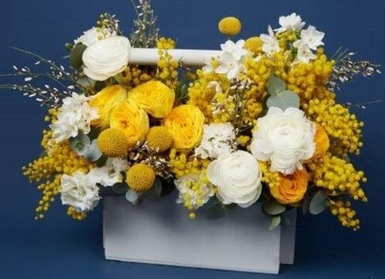 Весенняя композиция в ящичке в желто-белой гамме