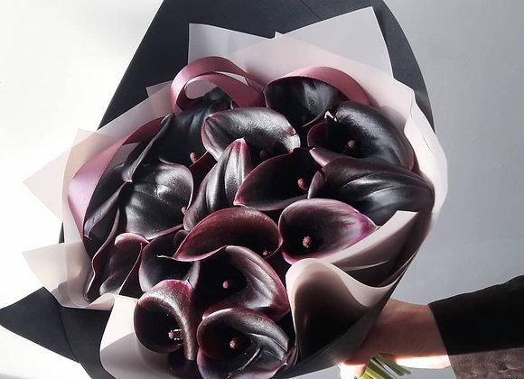 Букет из темно-бордовых калл