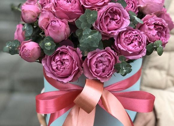 Кустовые пионовидные розы Мисти Баблс в шляпной коробке