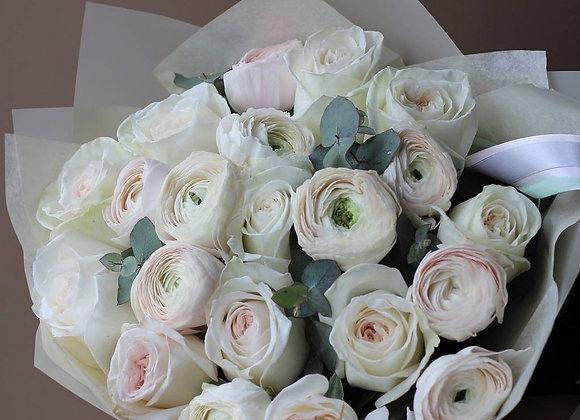 Букет ранункулюсов с пионовидными розами