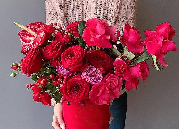 Шляпная коробка с обычными и кустовыми красными розами