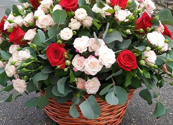 Корзина с кустовыми и одноголовыми классическими розами