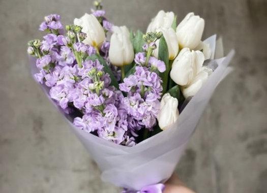 Букет тюльпанов с маттиолой (цвет на выбор)
