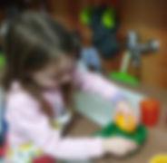 ילדה סוחטת מיץ