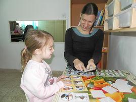 עדי מבצעת אבחון בילדה