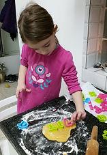 ילדה מכינה עוגיות