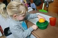 ילד סוחט מיץ תפוזים