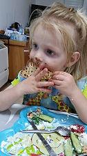 ילד משחק באוכל