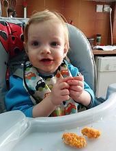 ילד חמוד אוכל