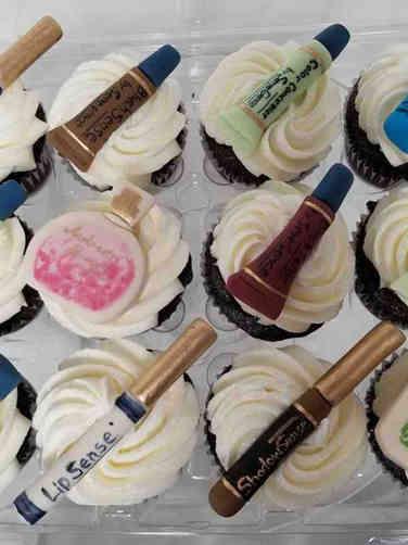 Adult 02 Makeup Pieces Birthday Cupcakes
