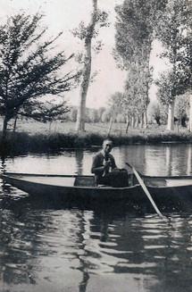 Constant-Duval en barque sur l'Eure avec son chat Kiki