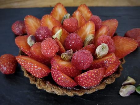 Tarte végane aux fraises et framboises et son crémeux au sirop d'hibiscus & cannelle L'empirique