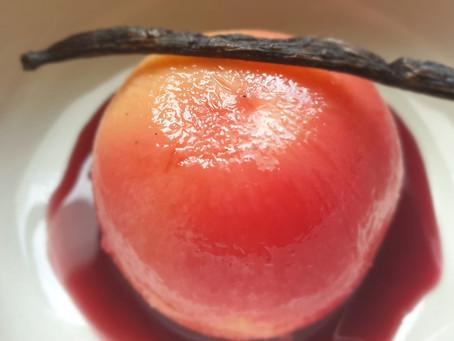 Pêche pochée au sirop d'hibiscus et cannelle